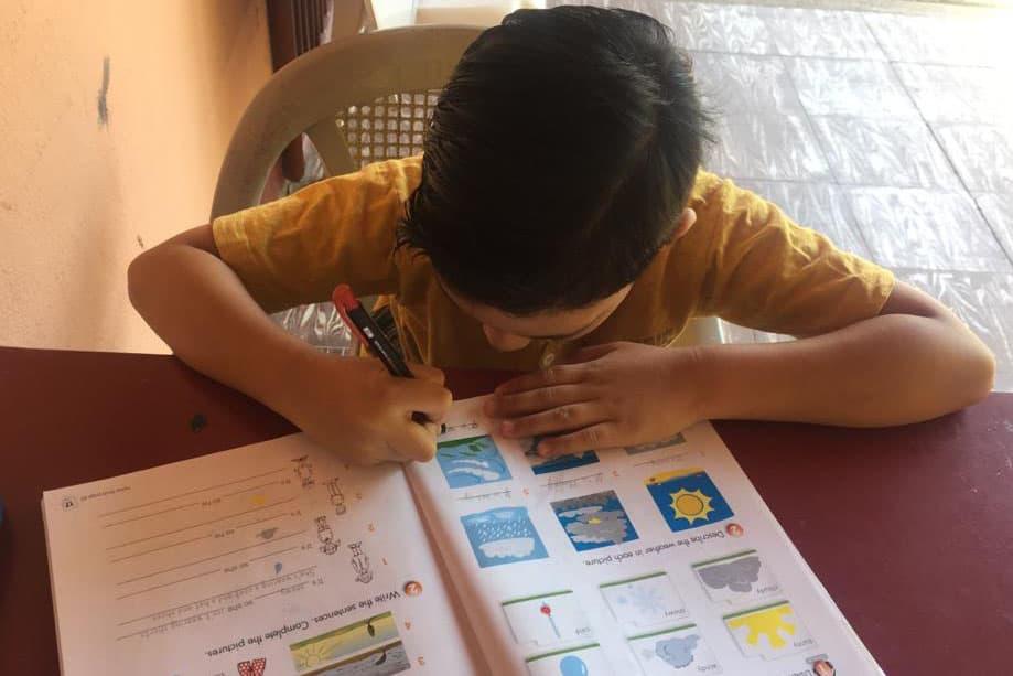 Niño aprendiendo desde casa